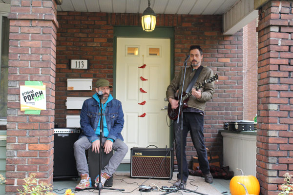The Beating Hearts at the 2015 Ottawa Porchfest. From the left, Chris Siebel and Chris Sims.